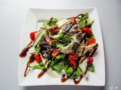 Austernpilze auf Rucola und Tomaten