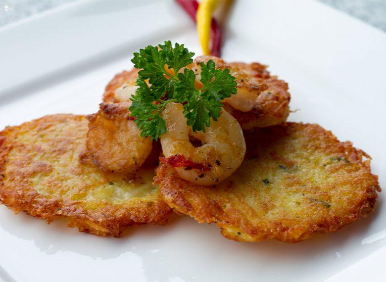 Garnelen auf Curry-Kartoffelpuffer