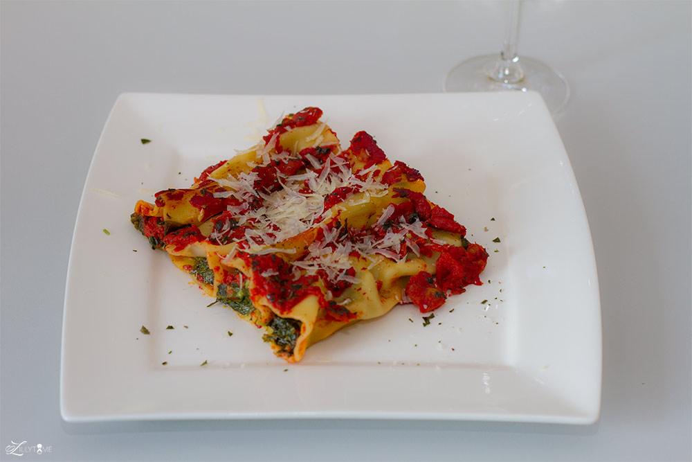 Cannelloni mit Spinat und Mozzarella auf Tomatenragout
